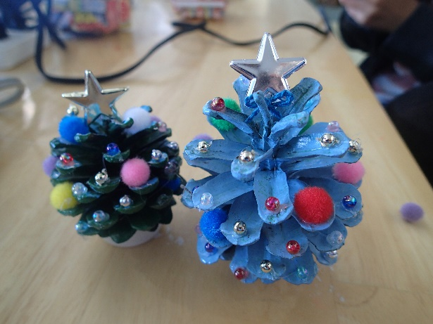 まつぼっくりでミニクリスマスツリーを作ろう♪